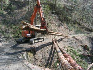 急な山の斜面で、伐採された木を集材機を使い、大型トラックで運び出せる林道のある開けた山元まで、木を集めます。
