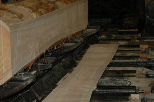 熟練作業員が、大型製材械にかけ木それぞれの特徴を生かし、柱・板などに製材します。